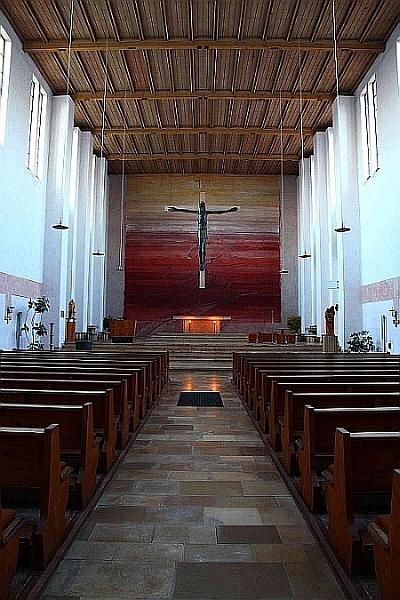 Dieses Bild hat ein leeres Alt-Attribut. Der Dateiname ist Altar-in-der-Kirche.jpg